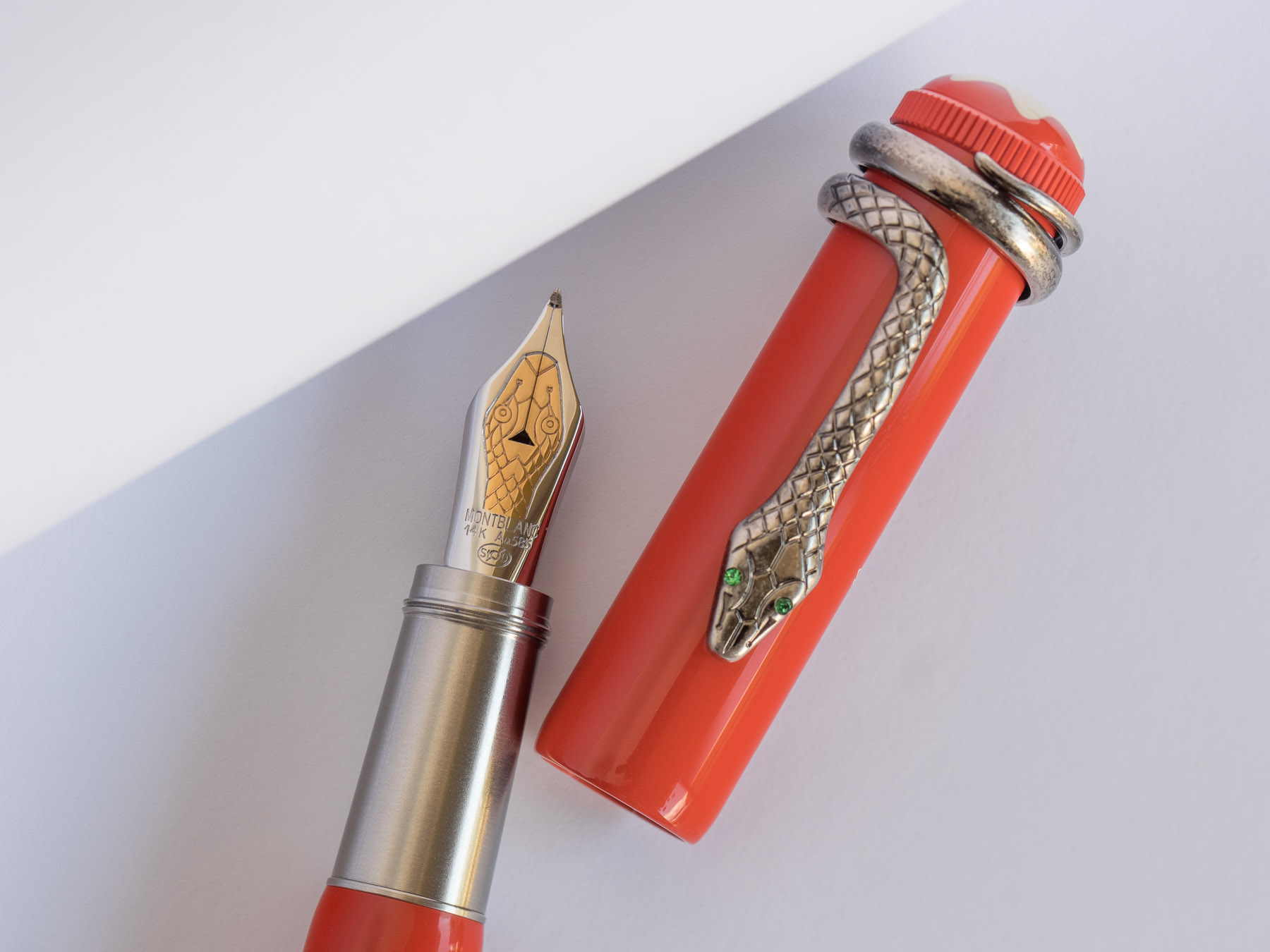 Mini review montblanc heritage rouge et noir the nibsmith for Salon blanc noir et rouge